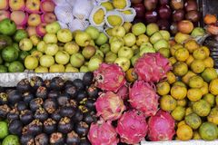 Äpplen och frukter i marknaden royaltyfria bilder