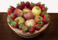 Äpplen och jordgubbar Arkivbilder