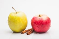 Äpplen och kanel som isoleras på vit Royaltyfri Foto