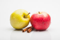 Äpplen och kanel som isoleras på vit Arkivfoto