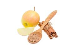 Äpplen och kanelbrunt kanelbrun pulver för pinnar och Arkivbilder