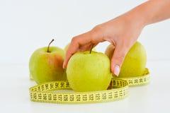 Äpplen och mätabandet som föreslår, bantar begrepp Royaltyfria Foton