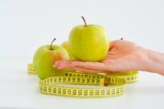 Äpplen och mätabandet som föreslår, bantar begrepp Arkivbild