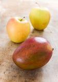 Äpplen och mango Fotografering för Bildbyråer
