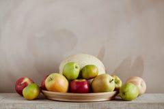 Äpplen och melon på magasinet Royaltyfri Fotografi