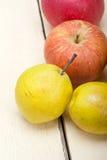Äpplen och päron för nya frukter Arkivfoto