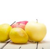 Äpplen och päron för nya frukter Arkivbilder