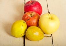 Äpplen och päron för nya frukter Royaltyfria Foton
