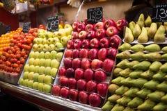 Äpplen och päron på La Boqueria marknadsför, Barcelona, Spanien Royaltyfri Fotografi