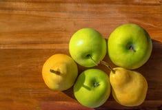 Äpplen och pears Arkivfoto
