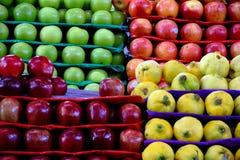 Äpplen och till salu kvittenfrukt arkivbild