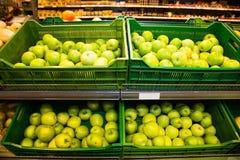 Äpplen på askar i supermarket Royaltyfri Foto