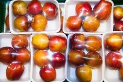 Äpplen på askar i supermarket Fotografering för Bildbyråer