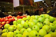 Äpplen på askar i supermarket Arkivfoton