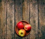 Äpplen på bordlägga Arkivfoton