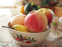 Äpplen på bordlägga royaltyfria bilder