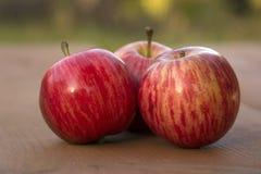 Äpplen på bordlägga Arkivbilder