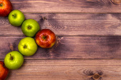 Äpplen på bordlägga Arkivfoto