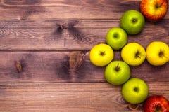 Äpplen på bordlägga Royaltyfria Foton