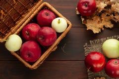 Äpplen på den lantliga trätabellen Arkivfoto