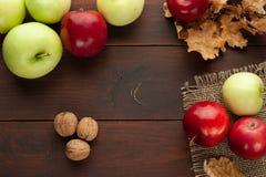 Äpplen på den lantliga trätabellen Fotografering för Bildbyråer