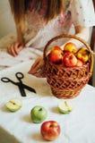 Äpplen på den vita tabellen Söta äpplen på tabellen på ljus backgrou Royaltyfri Foto