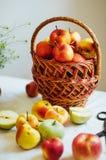 Äpplen på den vita tabellen Söta äpplen på tabellen på ljus backgrou Arkivbild