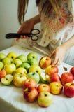 Äpplen på den vita tabellen Söta äpplen på tabellen på ljus backgrou Royaltyfria Bilder