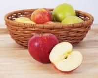 Äpplen på den wood tabellen arkivbild