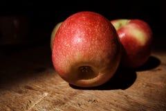 Äpplen på det wood däcket Royaltyfria Bilder
