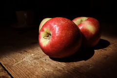 Äpplen på det wood däcket Arkivfoto