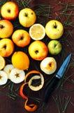 Äpplen på en mörk wood bakgrund toning Söta äpplen på trä Royaltyfria Bilder