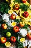 Äpplen på en mörk wood bakgrund toning Söta äpplen på trä Arkivbild