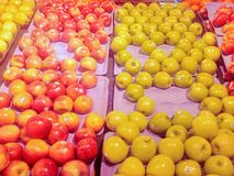 Äpplen på en marknad för bonde` s Royaltyfri Foto