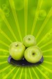 Äpplen på en plätera Fotografering för Bildbyråer