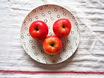 Äpplen på en plätera Arkivfoton