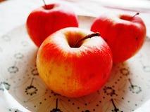 Äpplen på en plattadetalj Arkivbilder