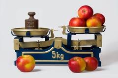 Äpplen på en scale Royaltyfri Bild