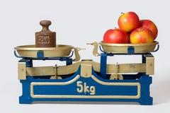 Äpplen på en scale arkivfoton