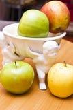 Äpplen på en tabell royaltyfri bild