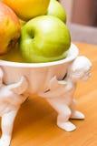 Äpplen på en tabell arkivbilder