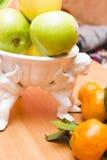 Äpplen på en tabell royaltyfri fotografi