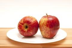 2 äpplen på en vit platta Arkivbild