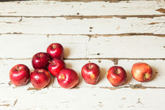 Äpplen på en vit tappningbakgrund Arkivbilder