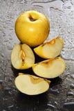 Äpplen på ett blötaexponeringsglas. Royaltyfri Bild