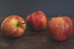 Äpplen på ett köksbord arkivfoto