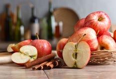 Äpplen på ett köksbord Arkivbilder