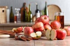 Äpplen på ett köksbord Arkivbild