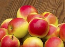 Äpplen på gammal träbakgrund Fotografering för Bildbyråer