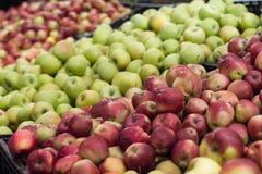 Äpplen på hylla i lager Arkivfoton